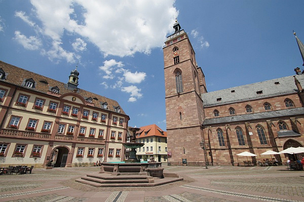 Marktplatz Neustadt, links das Rathaus (Foto: Holger Knecht)