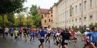 Der Turmberglauf startete auf dem Durlacher Schlossplatz. (Archivbild, Foto: Holger Knecht)