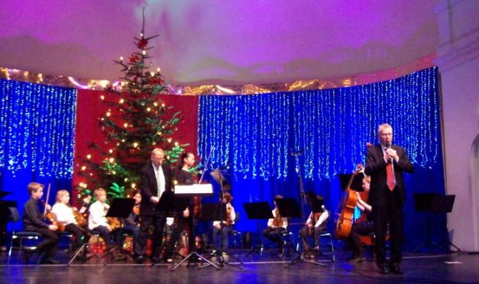 Oberbürgermeister Dr. Klaus Weichel begrüßt Senioren bei der Weihnachtsfeier in der Fruchthalle (Foto: Stadt Kaiserslautern)