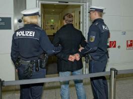 Symbolbild, Polizei, Verhaftung, Abführen