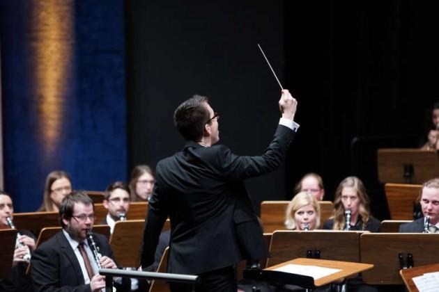Thomas Kuhn am Dirigentenstab (Foto: Holger Knecht)