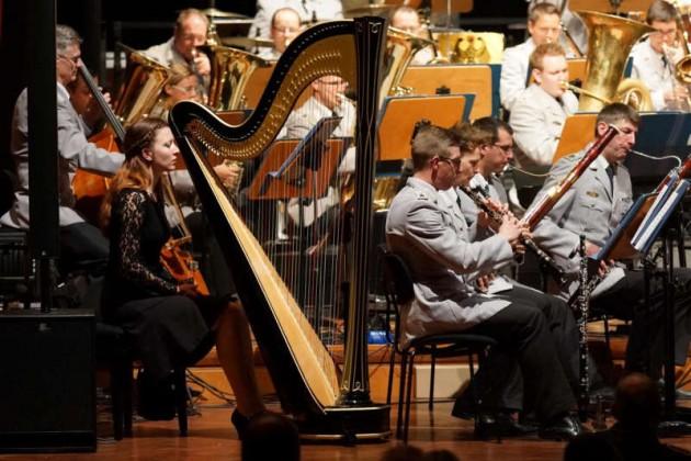 Das Heeresmusikkorps wurde durch eine Harfenistin unterstützt