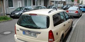 Der beigefarbene Ford wurde beim Unfall in der Donnersbergstraße beschädigt. Auf dem Foto steht das Auto vor der Polizeiinspektion Kaiserslautern 1. Der Unfallverursacher machte sich aus dem Staub.