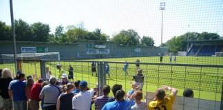 Eine schöne Interaktion zwischen Fans und Spieleren: Abklatschen nach dem Spiel, hier im Dietmar-Hopp-Stadion in Sinsheim