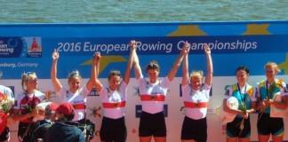 Siegerehrung für den Europameister im Frauen-Doppelvierer, darunter Carina Bär (4. von rechts)