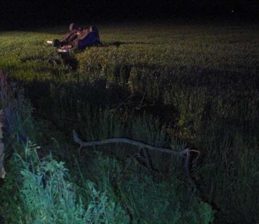 Der Fahrer verriß das Lenkrad und landete im Feld neben der Fahrbahn auf dem Dach