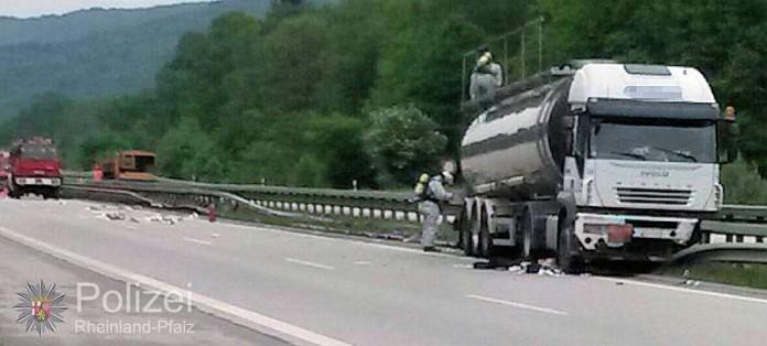 Die Unfallstelle ist vorsorglich weiträumig abgesperrt. Außen den Einsatzkräften der Feuerwehr in Spezialkleidung darf noch niemand in die Nähe des Unfall-Lasters