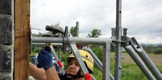 Ein Helfer des THW Ortsverbands Speyer beim Befestigen des Einsatzgerüstsystems in großer Höhe (Foto: Holger Knecht)