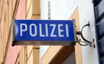 Symbolbild Polizei, Wache, blaues Schild