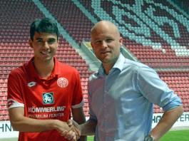 Gerrit Holtmann und 05-Sportdirektor Rouven Schröder in der Coface Arena (Foto: Mainz 05)