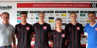 v.l.: Armin Kraaz (Leiter Leistungszentrum), Miguel Blanco, David Govorusic, Tim Queckenstedt, Marius Herzig, Alexander Schur (Trainer U19) (Foto: Eintracht Frankfurt)