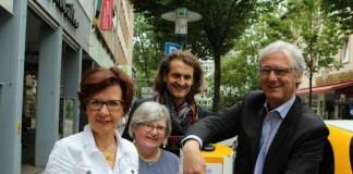 Einweihung der Säule: Dr. Marie-Luise Wolff-Hertwig, ENTEGA Vorstandsvorsitzende, Gabriella Langheinz und Eduard Tröndle, IG Schulstraße, mit Oberbürgermeister Jochen Partsch (v.l.) (Foto: ENTEGA AG)
