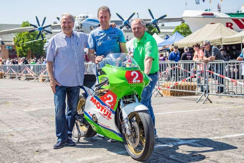 Übergabe der Kawasaki GPZ 1000 RX. v.l.: Franz Rau, Andreas Hofmann, Rolf Jung (Foto: Technik Museum / Thorsten Sperk / IceShots)