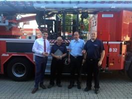 Oberbürgermeister Thomas Hirsch, Karl Lorentz, Stadtfeuerwehrinspekteur Dirk Hargesheimer und Michael Bumb, stellvertretender Stadtfeuerwehrinspekteur (Foto: Freiwillige Feuerwehr Landau)