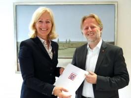Bernadette Weyland und Olaf Cunitz zeigen Absichtserklärung (Foto: Hessisches Ministerium der Finanzen)