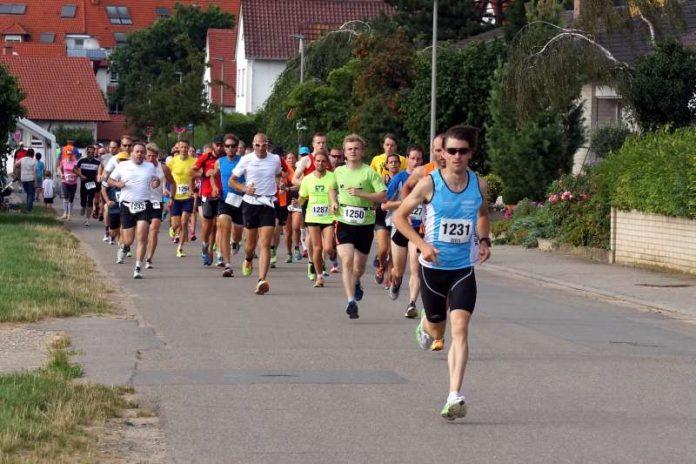 Schon beim Start in Führung: Thomas Schlohmann (1231) lief den Hauptlauf in 34:30 min (Foto: Holger Knecht)