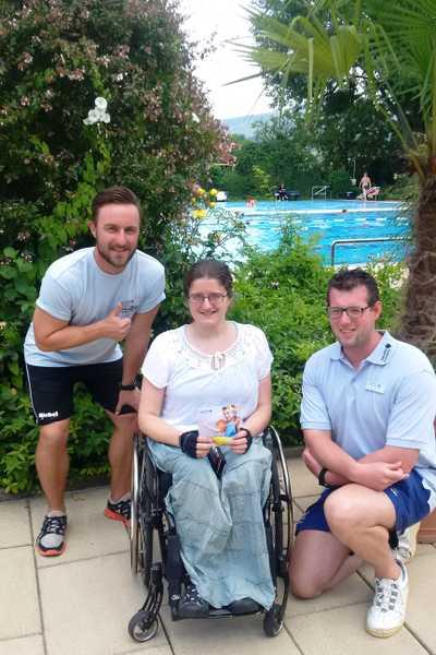 Lisa Frommer mit Philipp Nickler (l.) und Tobias Hornisch vom Thermalbad-Team. Sie schätzt dort besonders den barrierefreien Zugang.