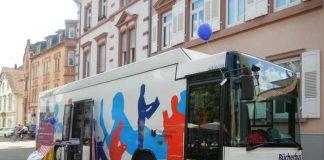 Der Bücherbus – hier an der Haltestelle Lutherstraße in Neuenheim – geht auf Ferientour: ab 1. August macht er zeitweise auch am Tiergartenschwimmbad und am Zoo halt. (Foto: Stadtbücherei Heidelberg)