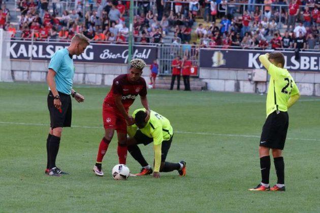 Entschuldigung von Philipp Mwene nach einem Foul (Foto: Holger Knecht)