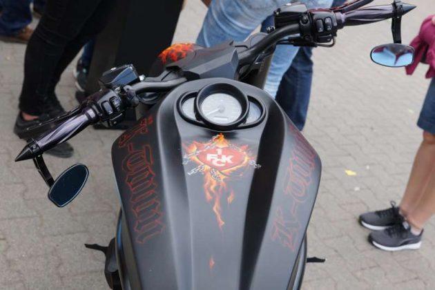 Motorrad mit FCK-Lackierung (Foto: Holger Knecht)