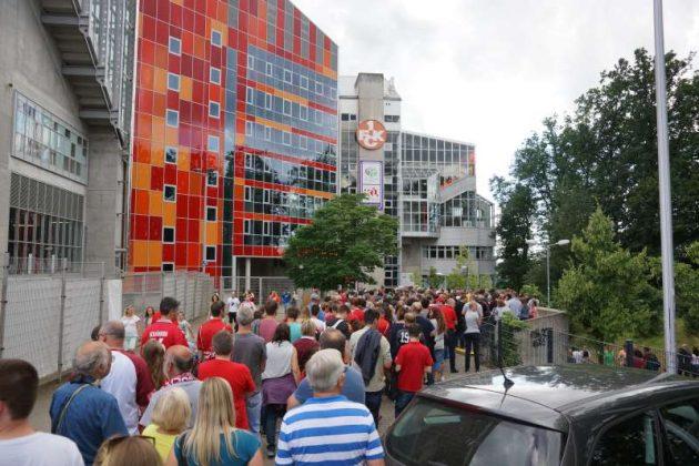 Schlange stehende Fans (Foto: Holger Knecht