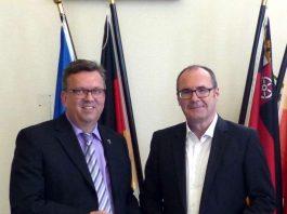 Landrat Clemens Körner (links) und Erster Kreisbeigeordneter Bernhard Kukatzki (rechts) nach der Ernennung und Vereidigung zu sehen. (Foto: Kreisverwaltung Rhein-Pfalz-Kreis)