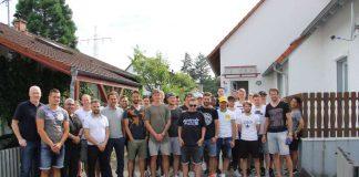Die gesamte Mannschaft hat am gestrigen Abend dem erkrankten KSC-Fan Timo Wenner einen Überraschungsbesuch abgestattet, um ihm die Genesungswünsche des Vereins und der Mannschaft zu überbringen. (Foto: PR/KSC)