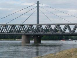 Die Rheinbrücke zwischen Karlsruhe und Wörth (Foto: Holger Knecht)