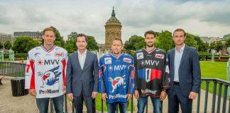 Marcus Kink, Bernhard Schumacher (Leiter Vertrieb Regional bei MVV Energie), Ronny Arendt, Dennis Endras, Daniel Hopp (Geschäftsführer Adler Mannheim). (Foto: Sörli Binder / AS-Sportfoto)
