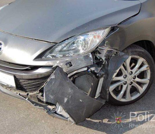 Der Pkw wurde bei der Kollision so stark beschädigt, dass er nicht mehr weiterfahren konnte.