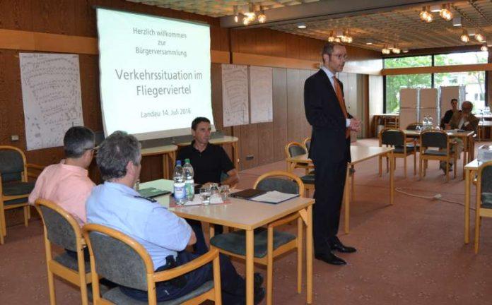Bürgermeister Dr. Maximilian Ingenthron hatte alle Anwohnerinnen und Anwohner zu einer Bürgerveranstaltung eingeladen (Foto: Stadt Landau in der Pfalz)