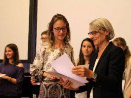 Bildungsbürgermeisterin Dr. Ulrike Freundlieb überreicht den Jugendakademie-Absolventen die Urkunden (Foto: Stadt Mannheim)