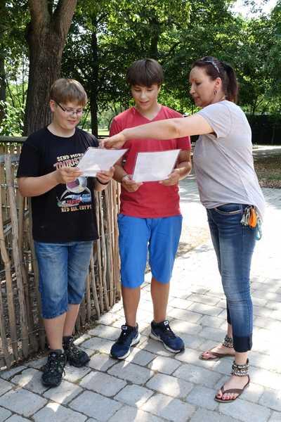 Michaela Schmitt, stellvertr. Vorsitzende des Freundeskreis Tiergarten Worms e.V., überreicht den Zwillingsbrüdern ihre Patenurkunden.