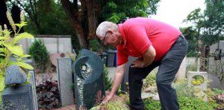 Manfred Götz am ausgewählten Grabstein für das getötete Mädchen