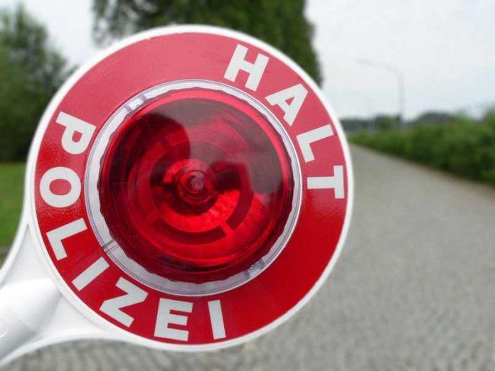 Symbolbild Polizeikelle Kontrolle