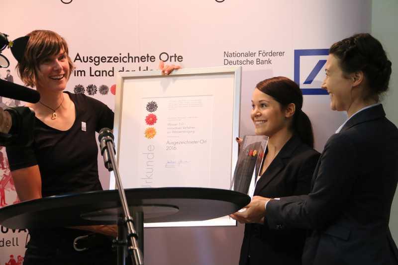 (v.l.n.r.) Jun.-Prof. Dr. Katrin Schuhen nimmt die Auszeichnung von Caroline Schmieder, Deutsche Bank-Filiale Landau und Anica Brady, Projektmanagerin Land der Ideen, entgegen. Foto: Wasser 3.0