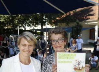 """""""Wir sind an Bord"""" heißt es auf der Plakette, die Angela Hecht (re.) hält. Bürgermeisterin Christiane Staab gratulierte zum Zertifikat (Foto: Pfeifer)"""