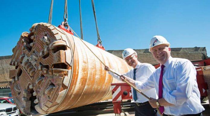 Bürgermeister Uwe Becker (links) und der Mainova-Vorstandsvorsitzende Dr. Constantin H. Alsheimer bei der Bergung der Tunnelbohrmaschine. (Foto: Mainova AG)