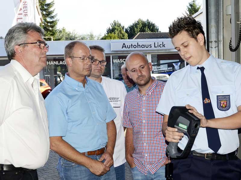Dennis Remmele zeigte die Funktionen der Wärmebildkamera (Foto: Helmut Dell)