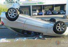 Der Mercedes kam auf dem Dach zum Liegen (Foto: Polizei)