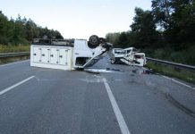 Klein-Lkw liegt nach Unfall auf dem Dach (Foto: Polizei)