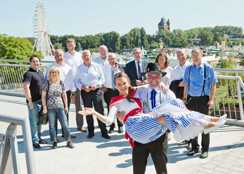 Bojemäschter Markus Trapp trägt seine Backfischbraut Mirjam Faber über die Schwelle der Karl-Kübel-Brücke. (Foto: Bernward Bertram)
