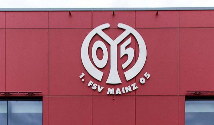 Mainz-05-Logo an der OPEL-Arena (Foto: Stephan Dinges)