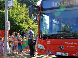 Die Busschülerinnen und Busschüler lernen das richtige Verhalten an der Haltestelle. (Foto: Kreisverwaltung Südliche Weinstraße)