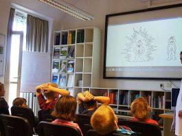 Professor Dr. med. Matthias Ebert, Direktor der II. Medizinischen Klinik der UMM, erläutert Kindern die Verdauung (Foto: UMM)
