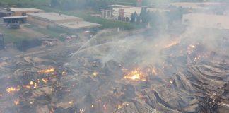 Die Halle des Holzfachhandels in der Lotschstraße wurde durch das Feuer komplett zerstört. (Foto: Stadt Landau in der Pfalz)