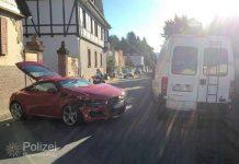 Der stark beschädigte Audi an der Unfallstelle