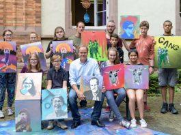 """Gemeinsam kreativ: Oberbürgermeister Dr. Eckart Würzner (Mitte) besuchte Jugendliche beim """"Street Art""""-Kurs des Ferienpass-Programms und testete selbst die Möglichkeiten des legalen Sprühens. (Foto: Philipp Rothe)"""