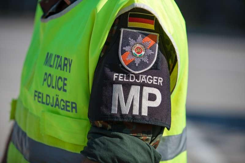 Feldjäger bei einer Verkehrskontrolle (Foto: Stephan Dinges)