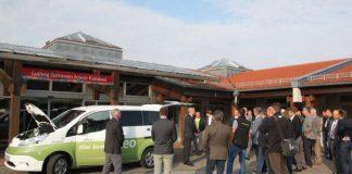 Großes Interesse bei der Vorstellung des neuen Elektrobusses vor der Ludwig-Guttmann-Schule in Karlsbad. (Foto: Landratsamt Karlsruhe)